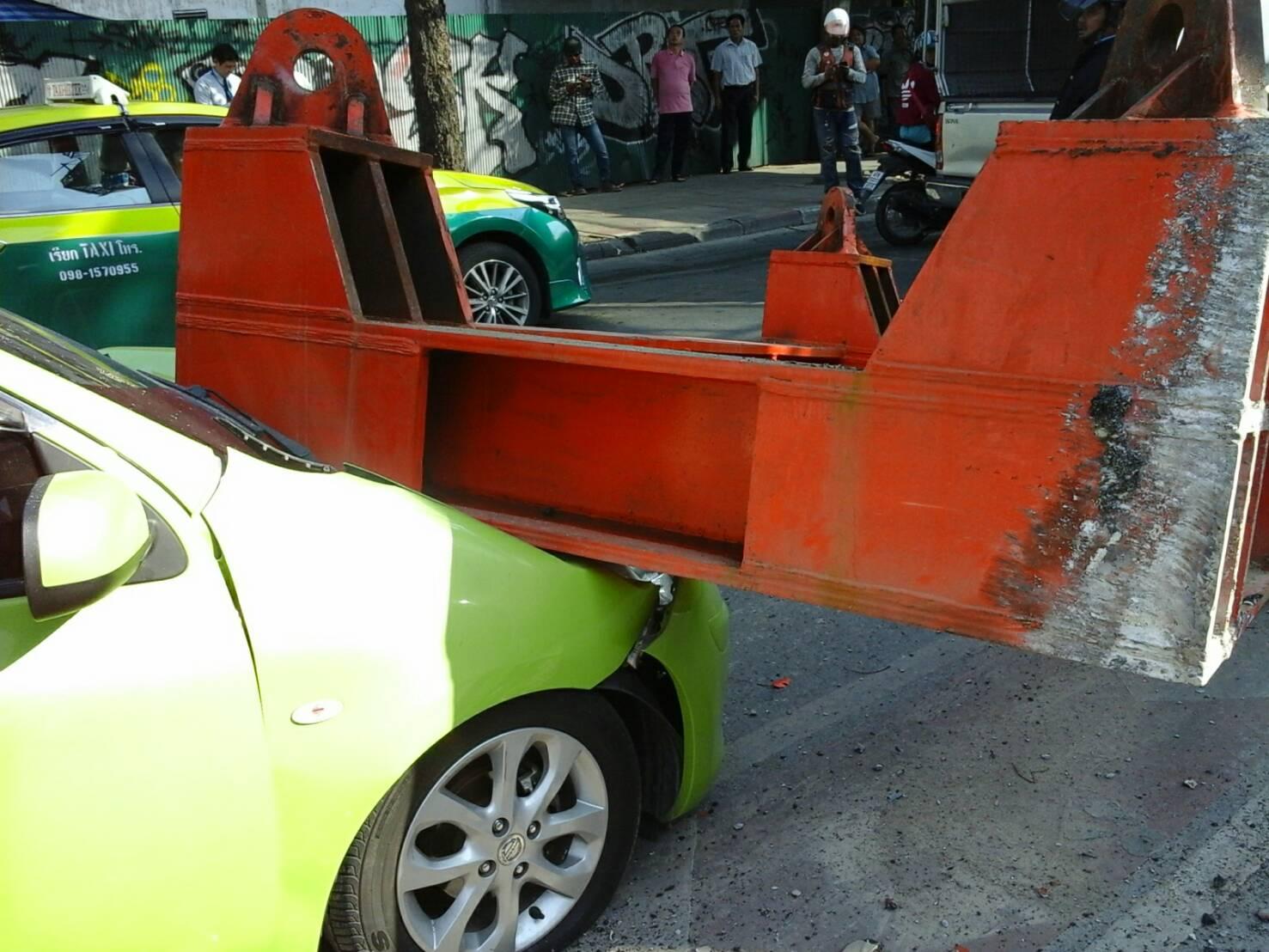 เหล็กก่อสร้างรถไฟฟ้าหล่นทับรถเก๋งสาวคลีนิกเสริมความงาม