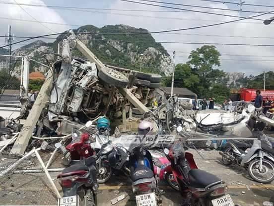 รถสิบล้อบรรทุกหิน พุ่งชนรถเสียหาย 37 คัน