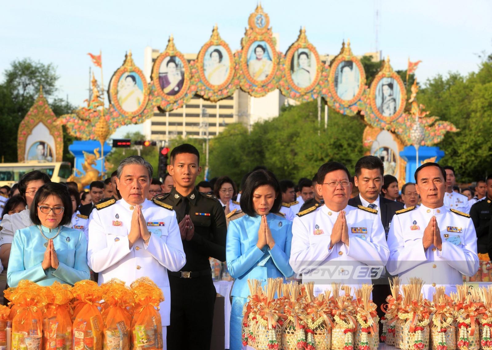 นายกฯ-ประชาชนร่วมตักบาตรถวายพระราชกุศลวันแม่แห่งชาติ