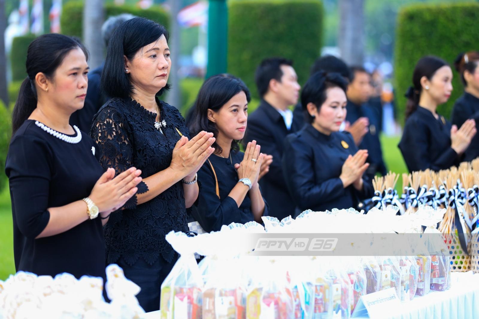 พสกนิกรร่วมพิธีบำเพ็ญกุศลเพื่อถวายพระราชกุศลครบรอบ 1 ปี วันคล้ายวันสวรรคต ร.9