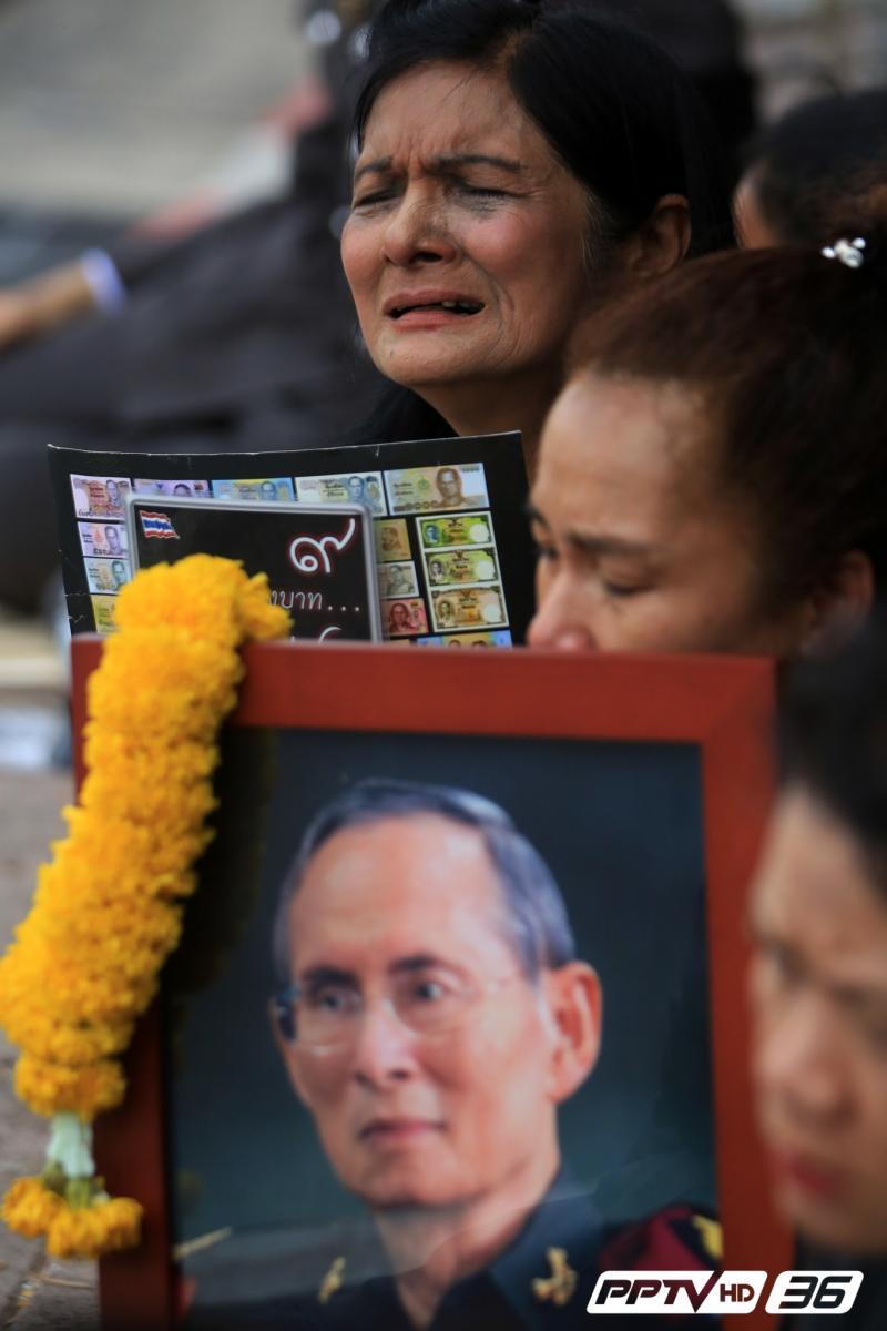 ชุดดำปกคลุมผืนดินไทย พสกนิกรร่ำไห้อาลัยทั้งแผ่นดิน