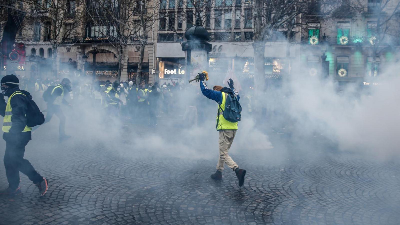 """สถานทูตไทยในปารีส เตือนคนไทยเลี่ยงพื้นที่ชุมนุม """"เสื้อกั๊กเหลือง"""""""
