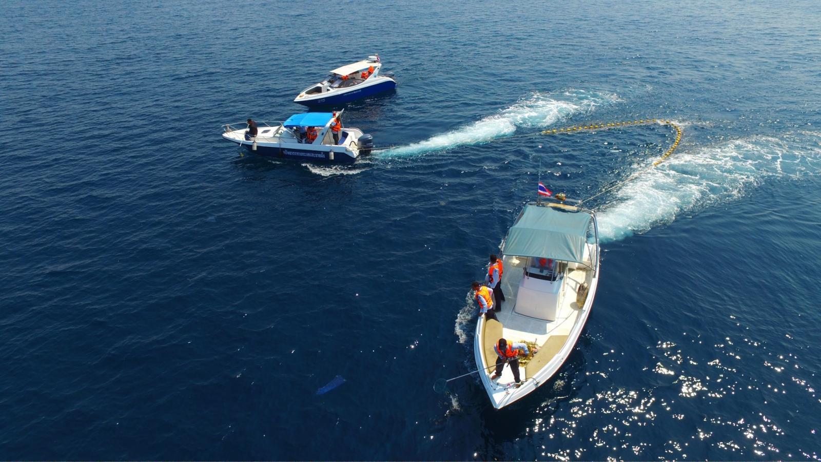 """ทช.ลงเรือออกปฏิบัติการเร่งเก็บกู้ """"แพขยะ"""" กลางทะเลชุมพร (คลิป)"""