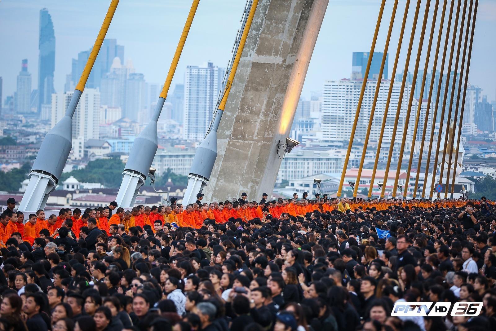 """พสกนิกรเนืองแน่นสะพานภูมิพล """"ร่วมสำนึกในพระมหากรุณาธิคุณ 5 ธันวาคม 2559"""""""