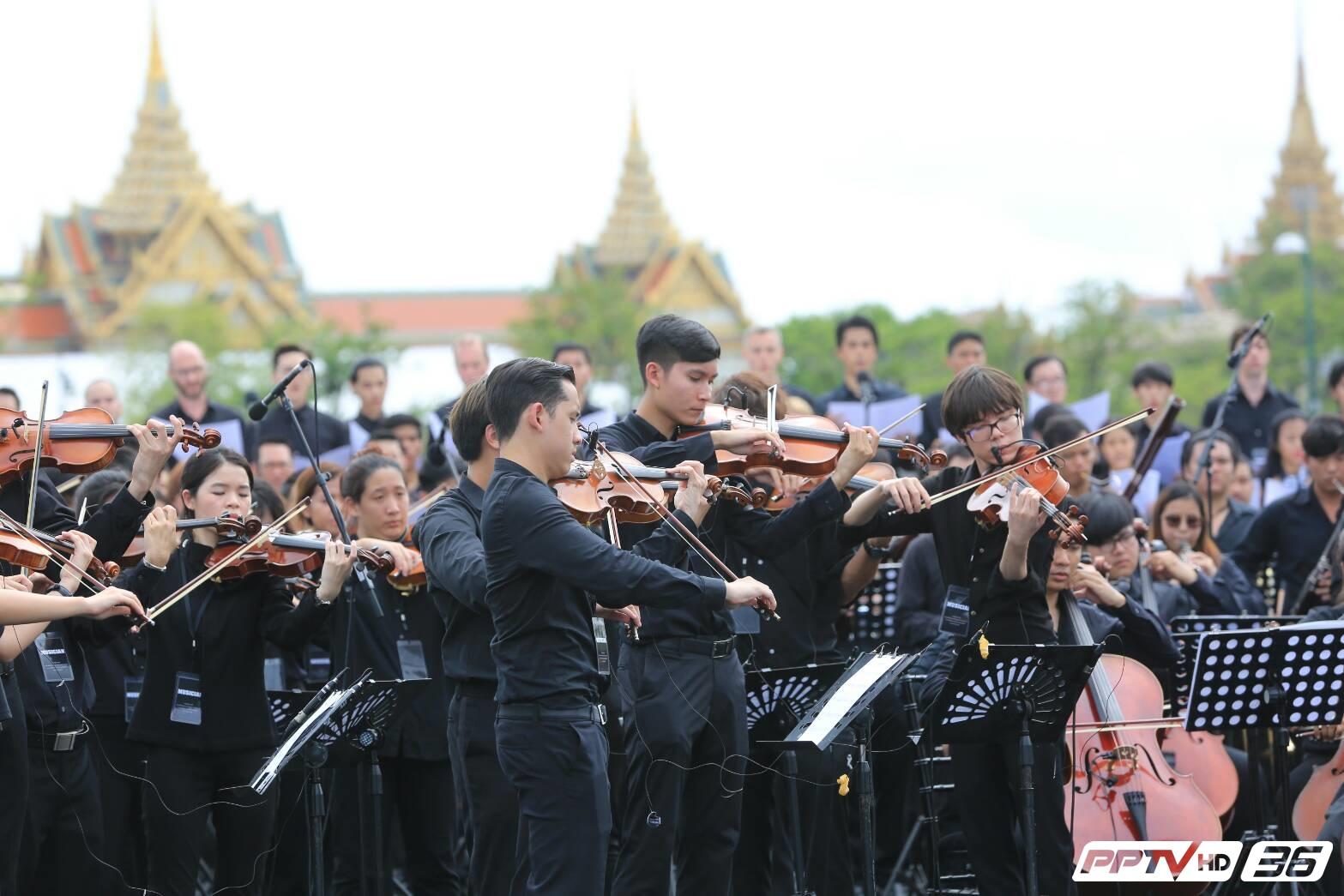 """จารึกประวัติศาสตร์ พสกนิกรไทยร้องเพลง """"สรรเสริญพระบารมี"""" ดังก้องแผ่นดิน (คลิป)"""