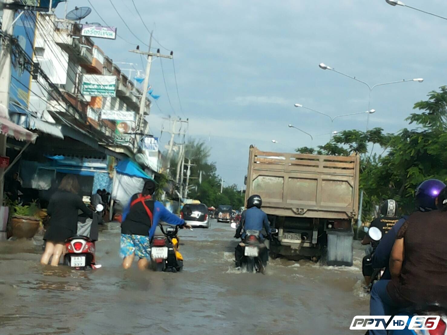 อ่วม! เมืองเพชรยังน้ำท่วมหนัก