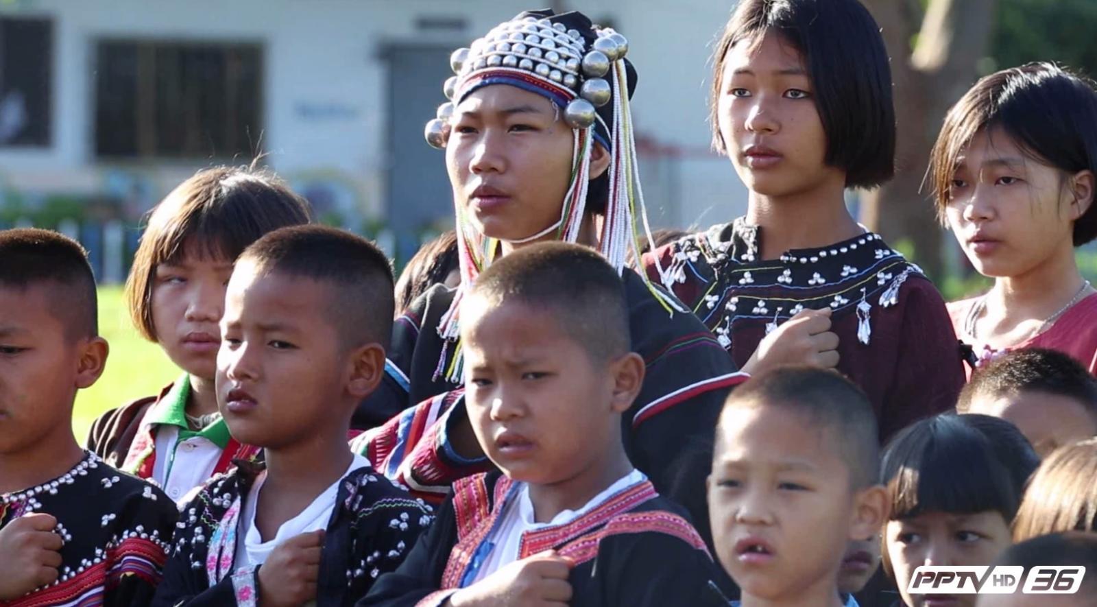 """นร.14 ชนเผ่าแปรอักษรเป็นเลข 9 ไทยถวาย """"พ่อหลวง"""""""