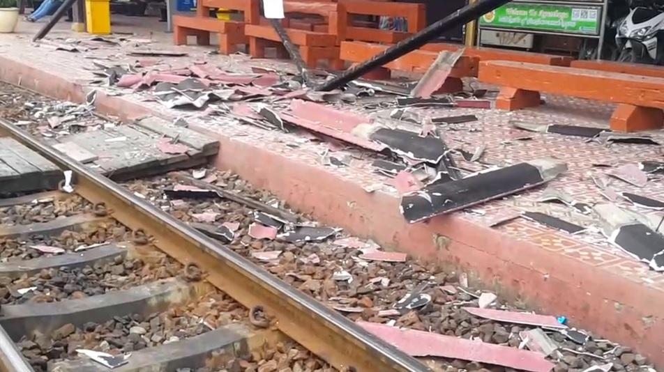 นาทีระทึก!! รถไฟบรรทุกสินค้าเฉี่ยวชนหลังคาสถานีรถไฟอยุธยา