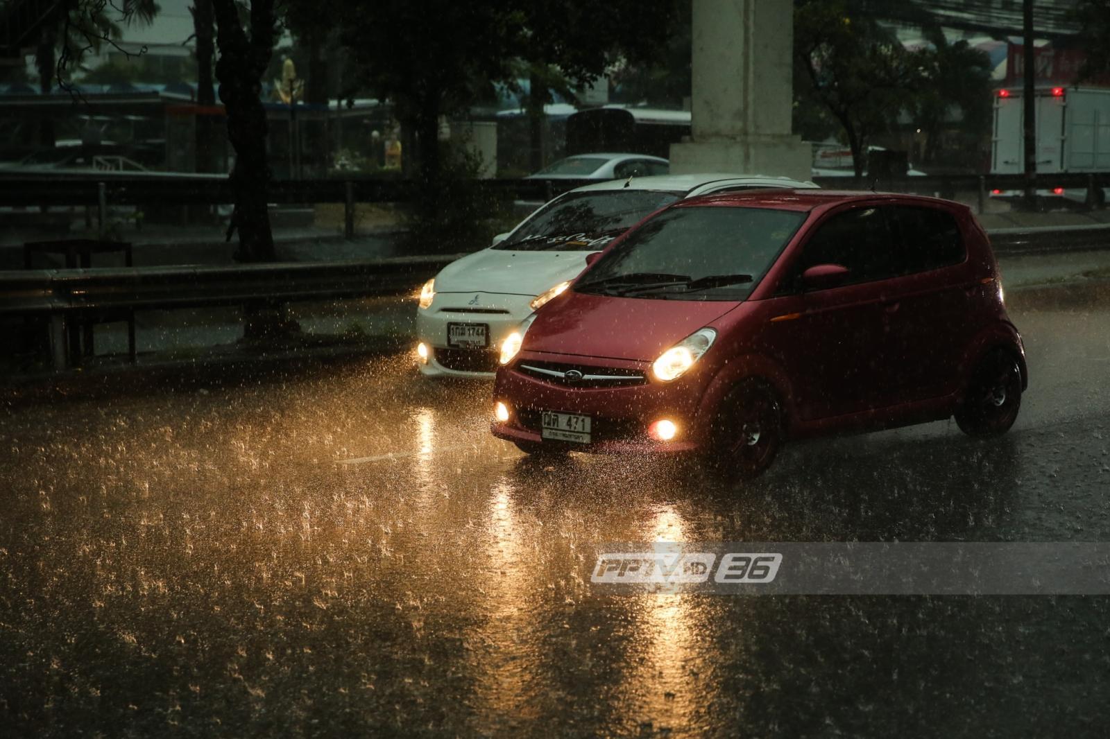 อ่วม!! กทม.ฝนตกหนักเช้านี้ น้ำท่วมถนน 13 จุด