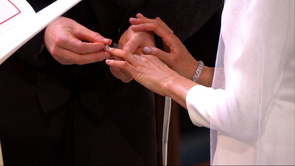"""วินาทีสวมแหวนพิธีเสกสมรส """"เจ้าชายแฮร์รี่-เมแกน มาร์เคิล"""""""