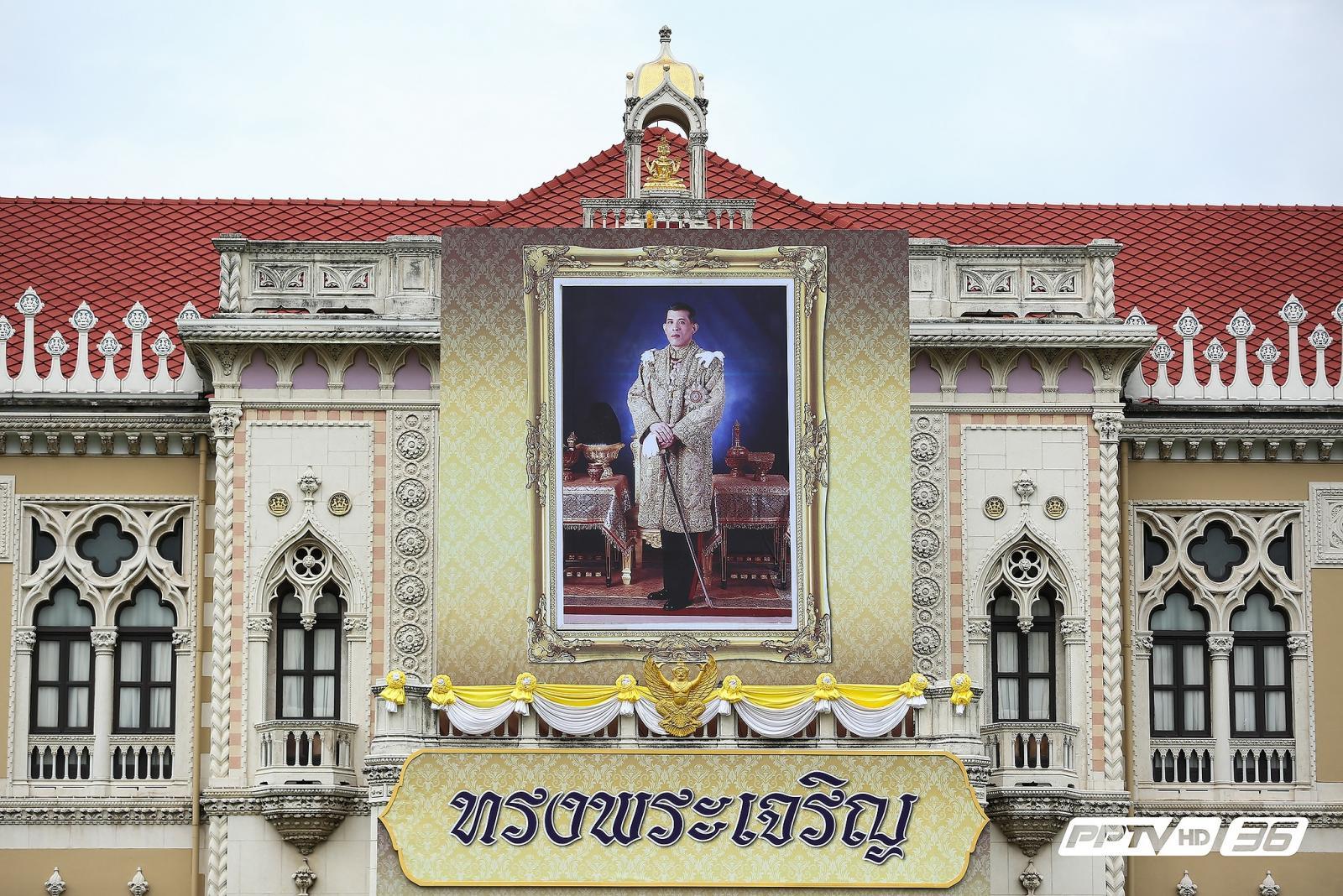 อัญเชิญพระบรมฉายาลักษณ์ ร.10 ขึ้นประดิษฐานตึกไทยคู่ฟ้า