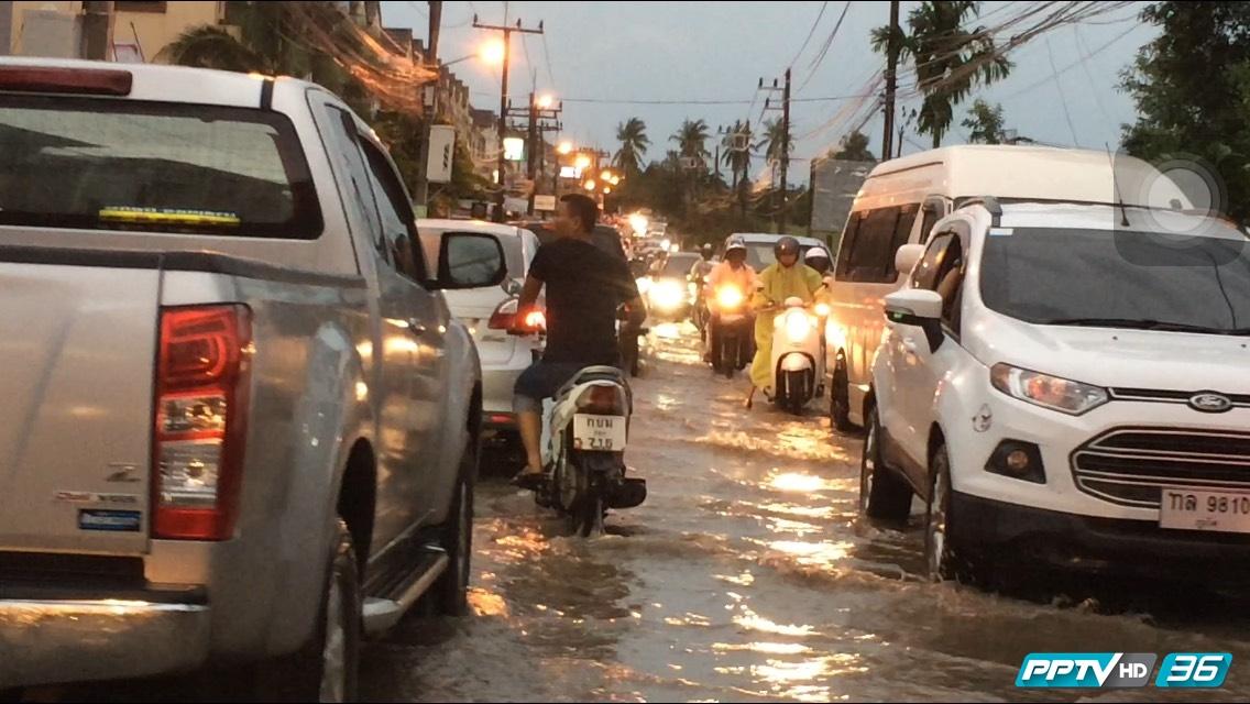 ฝนตกหนักน้ำท่วมถนนทำจราจรภูเก็ตอัมพาต