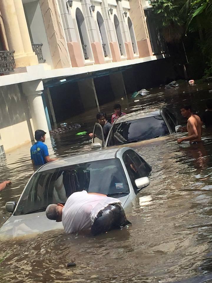 สยอง! ฝนตกน้ำท่วมลานจอดชั้นใต้ดินคอนโด รถยนต์พังยับ