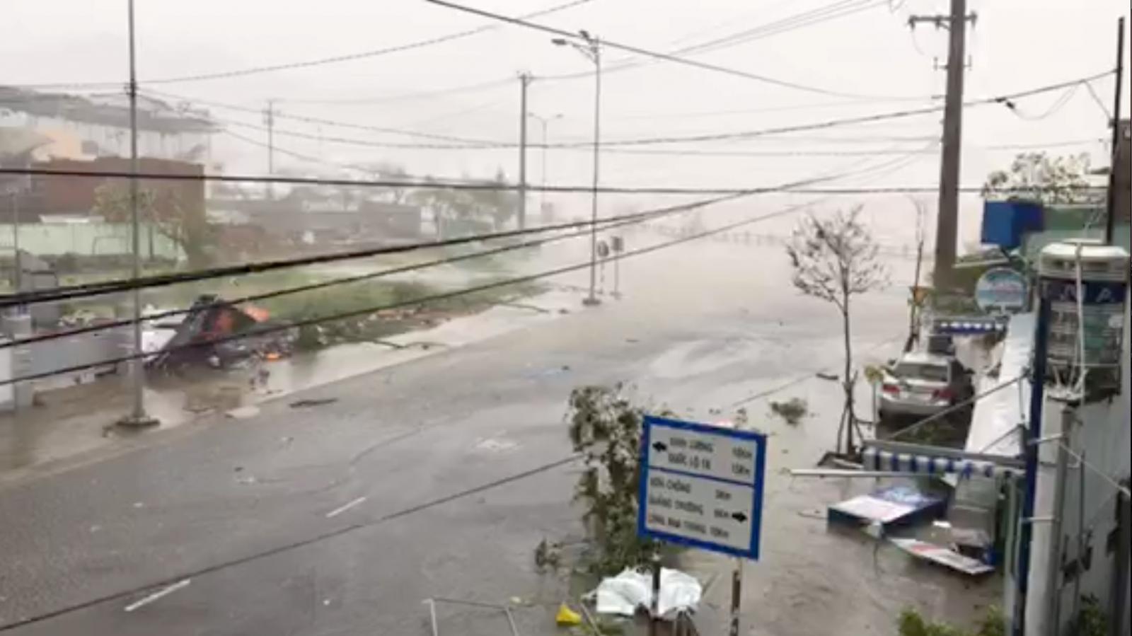 """พายุไต้ฝุ่น """"ด็อมเร็ย"""" พัดถล่มเวียดนามรุนแรงสุดในรอบ 16 ปี"""