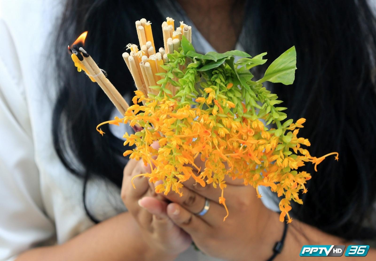 """""""ตักบาตรดอกเข้าพรรษา"""" จ.สระบุรี หนึ่งเดียวในไทย"""