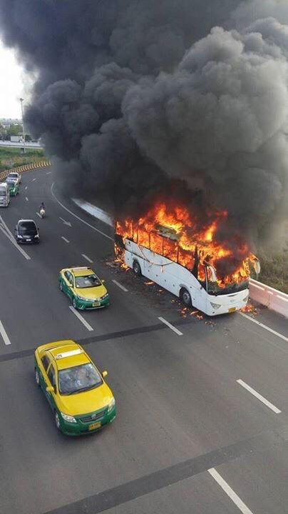 รถบัสรับ-ส่งพนักงานไฟไหม้ ไร้เจ็บ