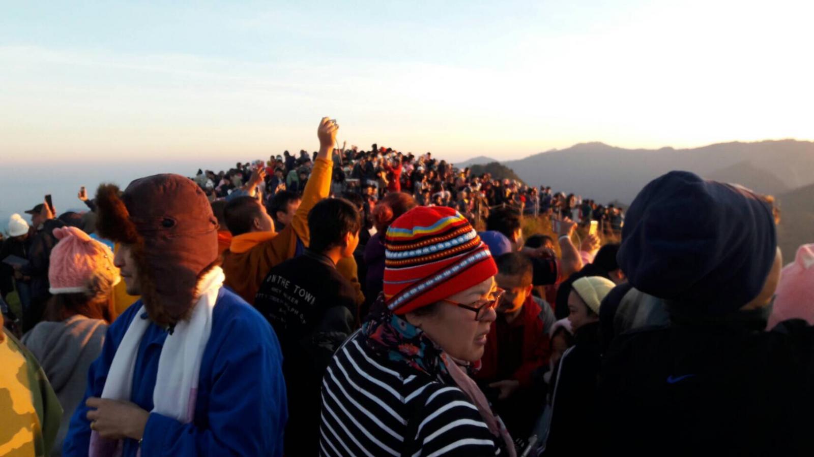 ปชช.แห่ชมพระอาทิตย์วันหยุดแน่นภูชี้ฟ้า แนะข้อควรระวังในการเที่ยว