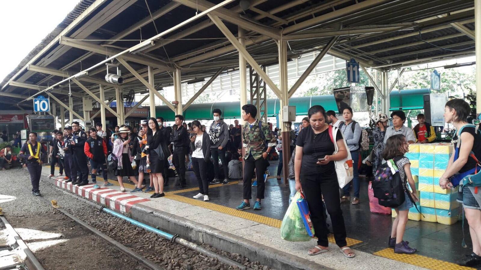 ปชช.เดินทางด้วยรถไฟ 2 วัน 2 แสนคน