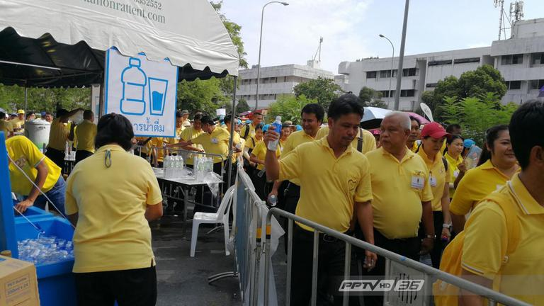 ประชาชนทั่วสารทิศต่อแถวรอเข้าร่วมงานพระราชพิธีฯ