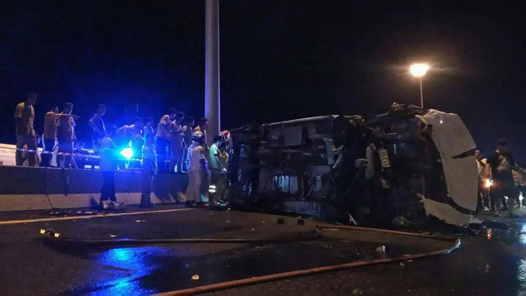 รถตู้พลิกคว่ำ ไฟลุกท่วมบนมอเตอร์เวย์  ตาย 11 เจ็บ 4