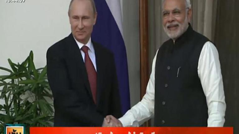 """""""ปูติน"""" จับมือผู้นำอินเดีย หวังเชื่อมสัมพันธ์การค้า-พลังงาน"""