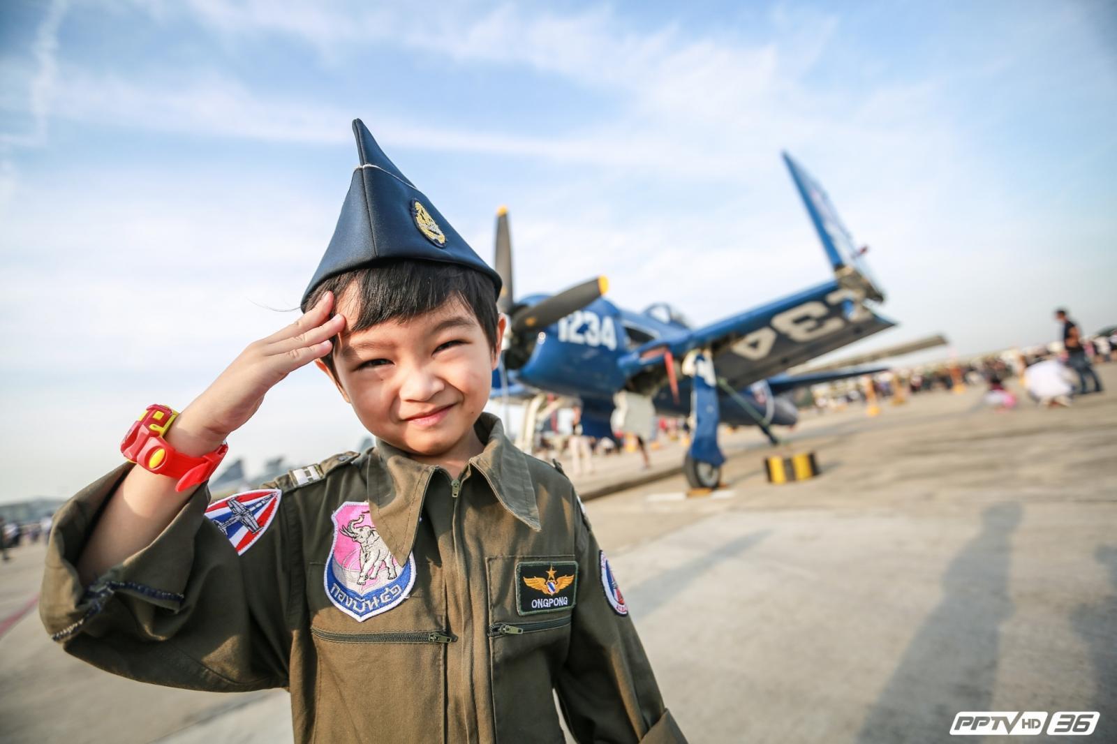 """""""ไปดูเครื่องบินกัน""""..ส่องความสดใส งานวันเด็ก ณ ฝูงบิน 601 (ภาพชุด)"""