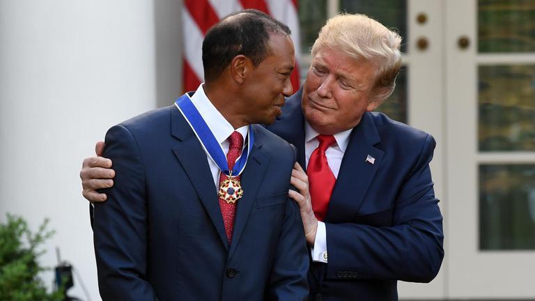 """""""ไทเกอร์ วูดส์"""" เข้ารับเหรียญเกียรติยศจาก """"ทรัมป์"""""""