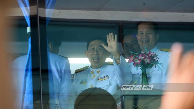 """""""มิ่งขวัญ"""" ขึ้นรถบัส เพื่อไทย ร่วมพิธีเปิดประชุมสภาฯ - งดให้สัมภาษณ์สื่อ"""