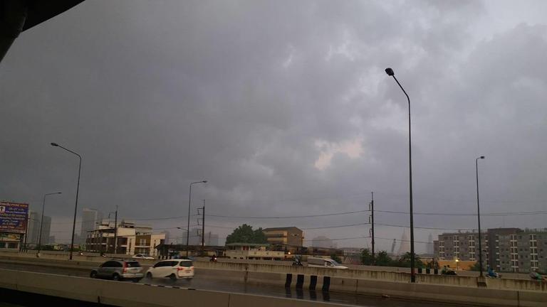 ฝนตกแล้ว !! กรุงเทพฯ เช้านี้  ฝุ่นละอองเบาบางลง