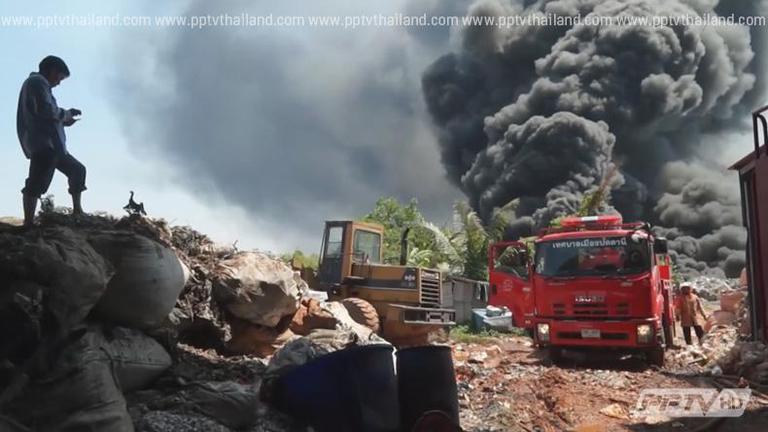 คืบไฟไหม้กองขยะโรงงานของเก่าปัตตานี จนท.ระดมฉีดน้ำหวั่นปะทุซ้ำ