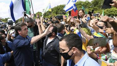 ปธน.บราซิล เยี่ยมผู้ชุมนุมต้านล็อกดาวน์ เมินยอดติดโควิด-19 พุ่งอันดับ 2 โลก