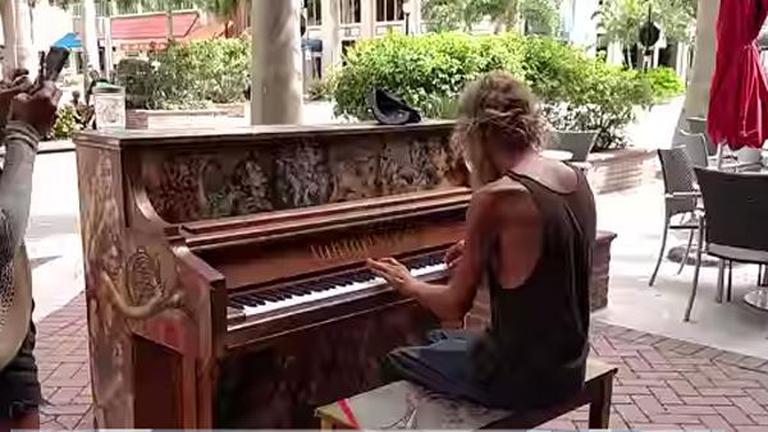 ชายไร้บ้านโชว์ฝีมือเปียโนระดับเทพ หวังตามหาลุูกชายที่พลัดพราก