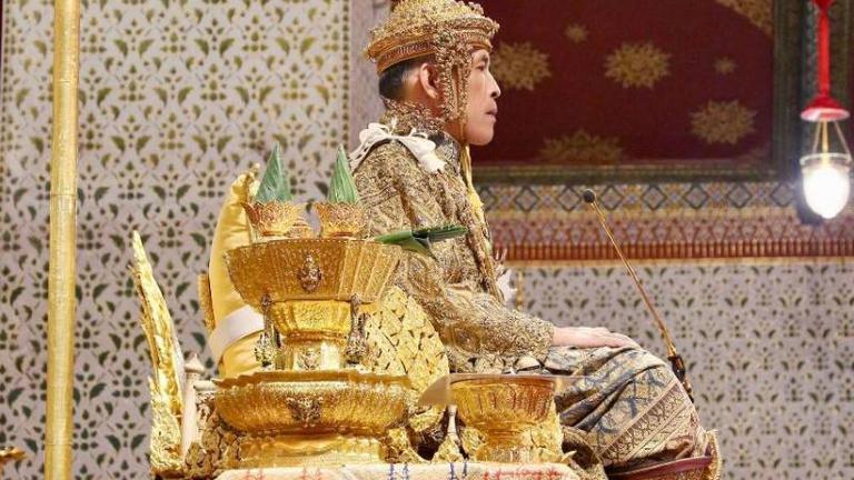 พระบาทสมเด็จพระเจ้าอยู่หัวฯเสด็จออกมหาสมาคมรับถวายพระพรชัยมงคล (ภาพจากสำนักพระราชวัง)