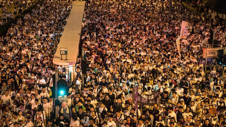 ผู้ประท้วงฮ่องกงปะทะตำรวจปราบจลาจล