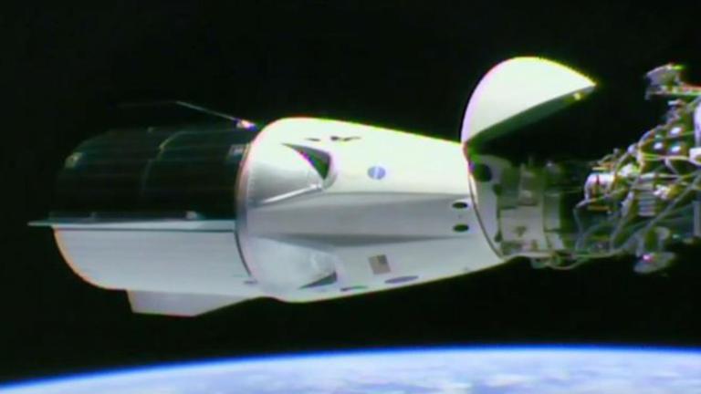 """ยานแคปซูล """"สเปซเอ็กซ์"""" จอดเทียบสถานีอวกาศนานาชาติ สำเร็จ"""