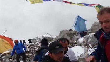 จับตาวินาทีชีวิต คลื่นหิมะถล่มเบสแคมป์บนเทือกเขาเอเวอร์เรสต์ (คลิป)