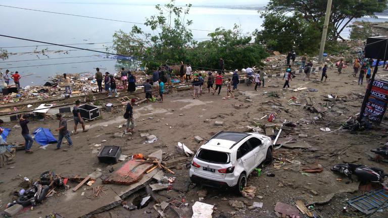 """ยอดเสียชีวิต """"แผ่นดินไหว-สึนามิ"""" อินโดนีเซียเพิ่มเป็นเกือบ 400 คน"""