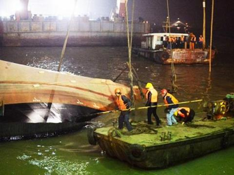 เรือจีนล่มกลางเเม่น้ำเเยงซี ทางตะวันออกของจีน