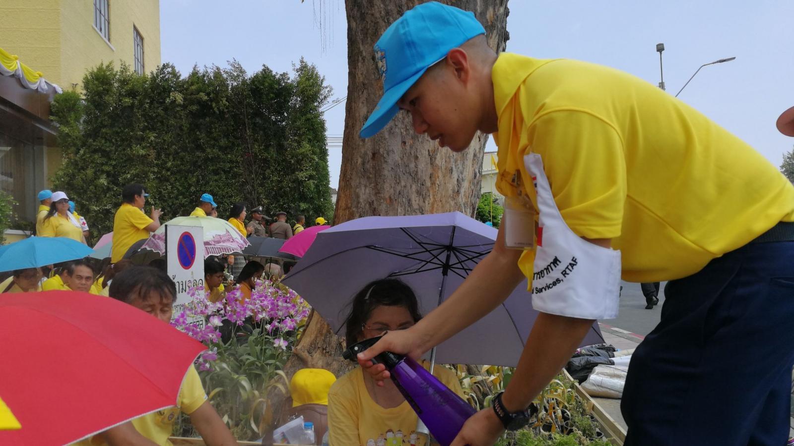 ปชช. กางร่ม-สวมหมวก จับจองพื้นที่ เฝ้ารับเสด็จฯ