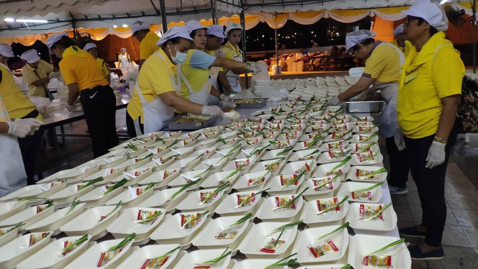 จัดทำอาหารเพิ่ม 4 มื้อบริการประชาชนร่วมงานพระราชพิธี