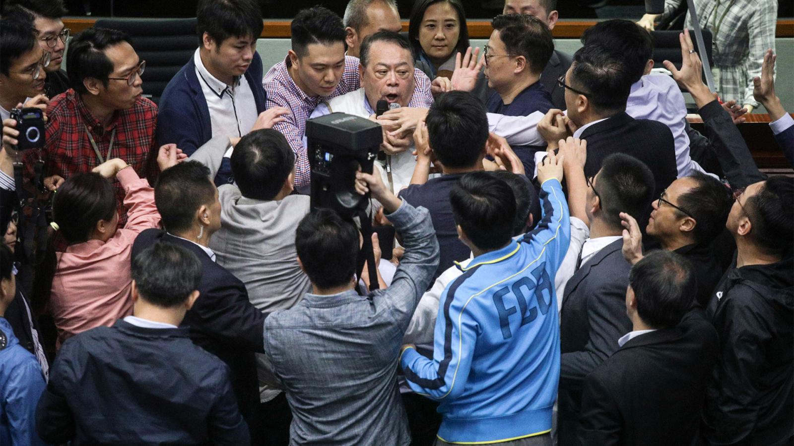 สภาฮ่องกงเดือด! ส.ส.หนุน-ต้านจีน ปะทะกลางที่ประชุม