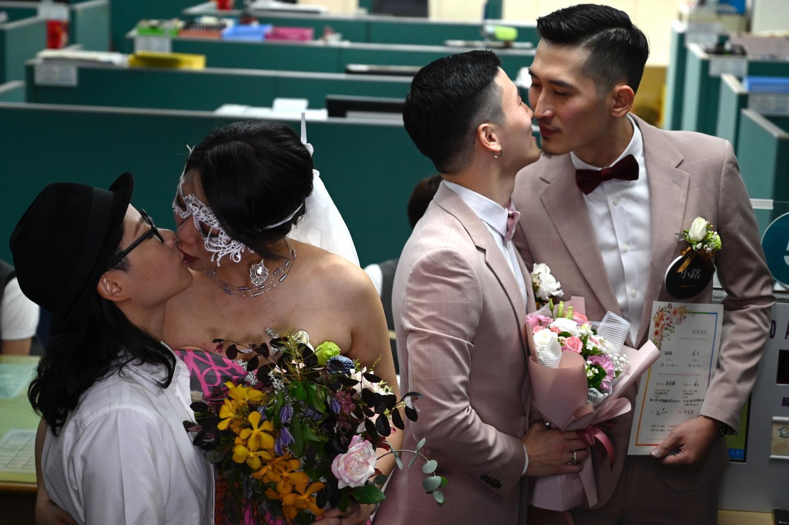 ไต้หวันจัดพิธีวิวาห์หมู่คู่รักเพศเดียวกัน
