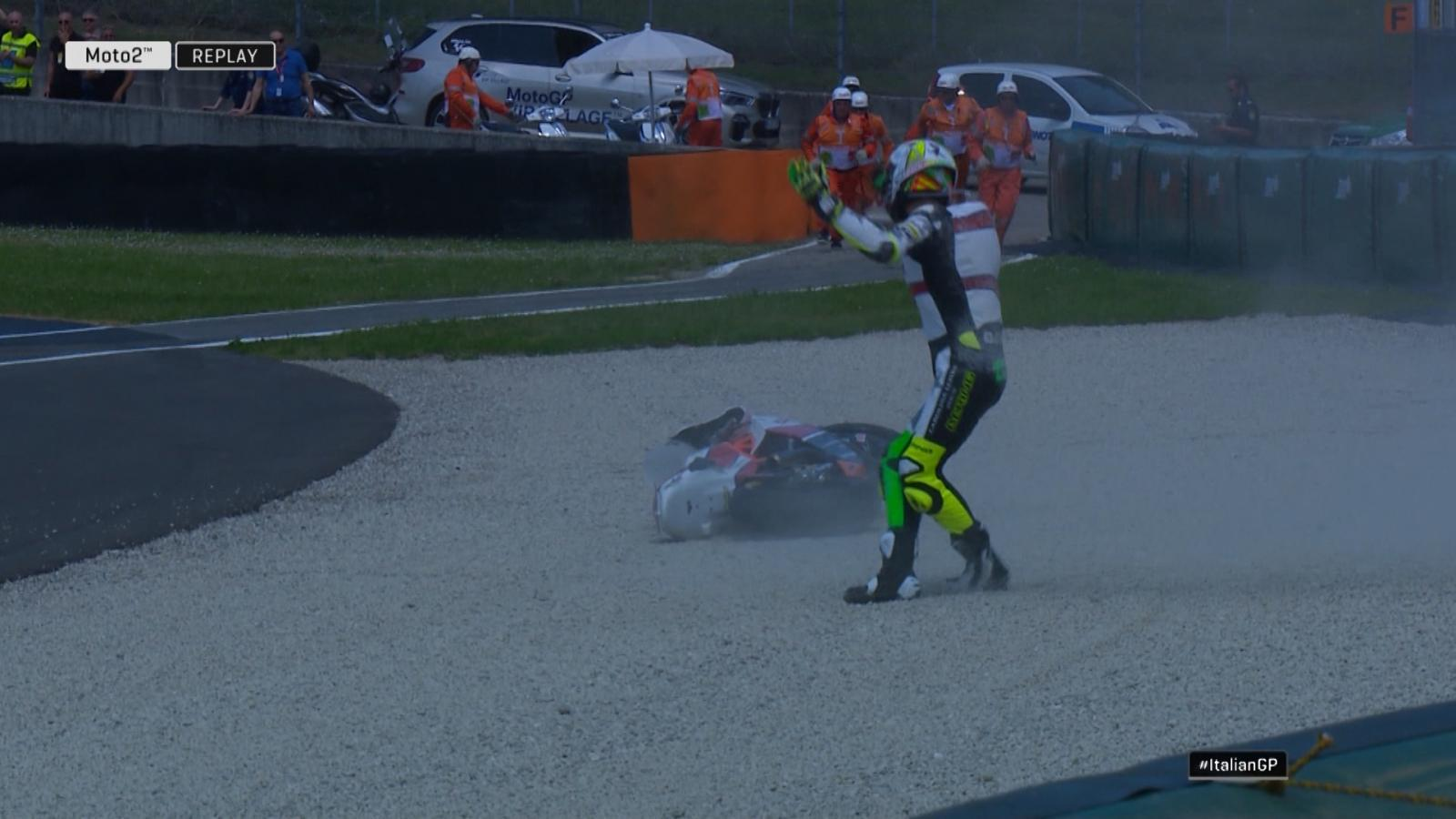 จังหวะเบียดกันล้มของ Iker Lecuona นักเเข่งสเปน ช่วงออกสตาร์ทโค้ง 3  Moto2