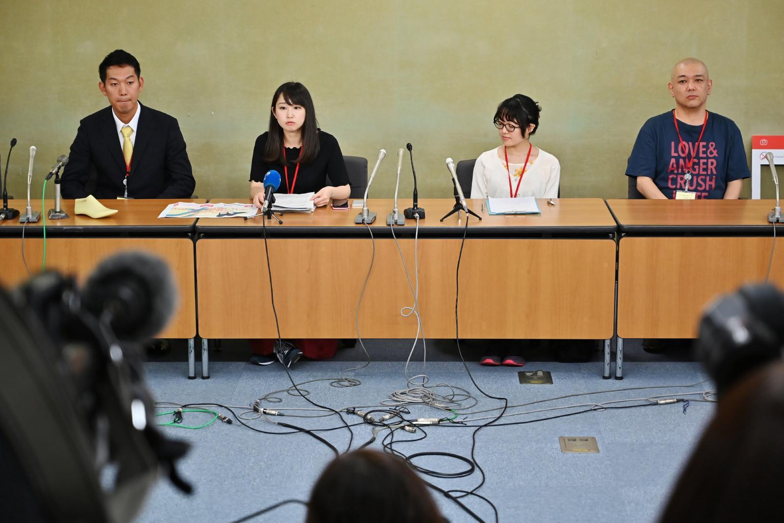 """สตรีญี่ปุ่นจี้รัฐออกกฏเลิกบังคับ """"สวมส้นสูง"""" ในที่ทำงาน"""
