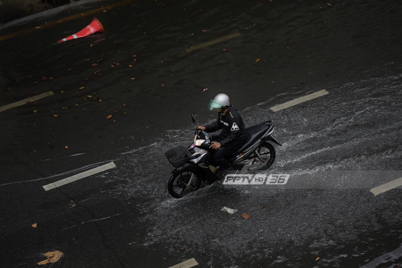 ฝนถล่มกรุง น้ำทะลักท่วมถนน ทำจราจรติดขัดหลายจุด
