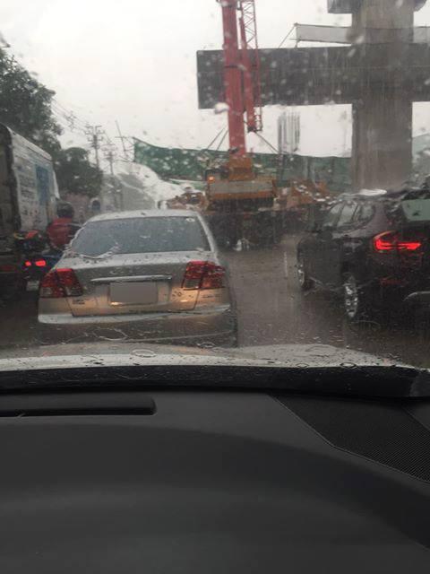 ฝนถล่ม!! โครงเหล็กสร้างรถไฟฟ้าล้มทับรถ