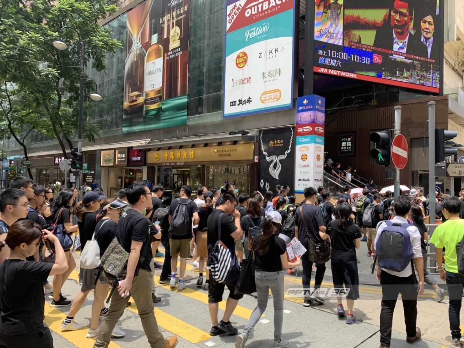 ชาวฮ่องกง นัดสวมชุดดำ ประณามตำรวจสลายการชุมนุม