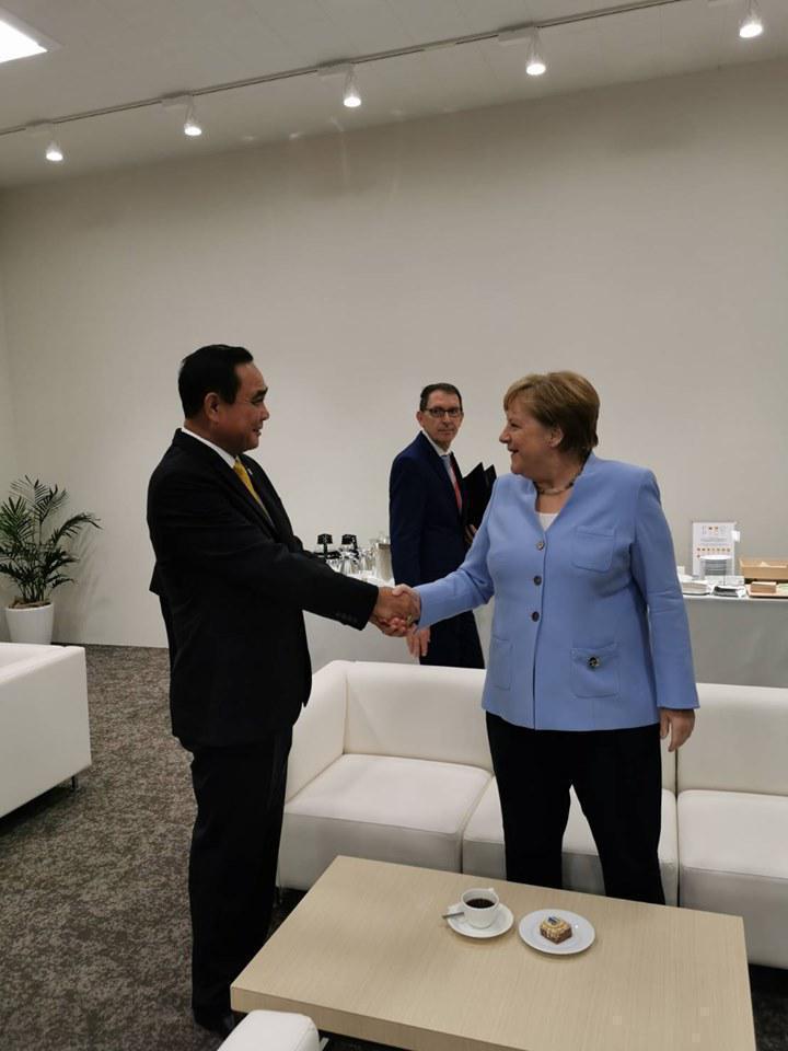 """เปิดภาพ """"ลุงตู่"""" กระทบไหล่ผู้นำโลก ก่อนร่วมประชุมจี20 ที่ญี่ปุ่น"""