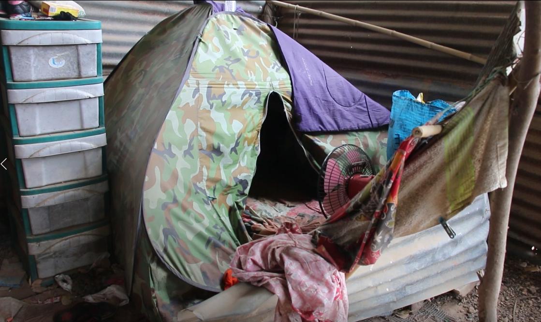 สุดรันทด! เด็กม. 4 เรียนดีได้ที่ 1 แต่ยากจนนอนเต็นท์เก่า ช่วยแม่เก็บขยะขายประทังชีวิต