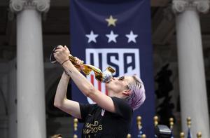 """แข้งสาว """"อเมริกา"""" แห่ฉลองแชมป์โลกสมัย 4"""